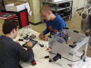 De afdeling elektriciteit werkt aan een 3D printer.