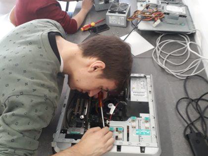 Leerlingen informaticabeheer tijdens de les computertechnieken