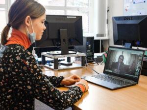 Koningin Mathilde spreekt met leerling over pesten en corona